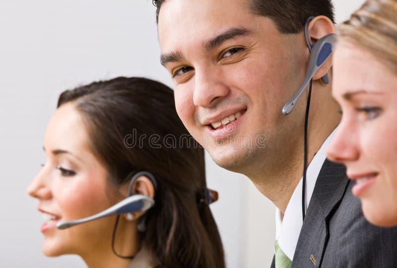 Gens d'affaires parlant sur des écouteurs image stock
