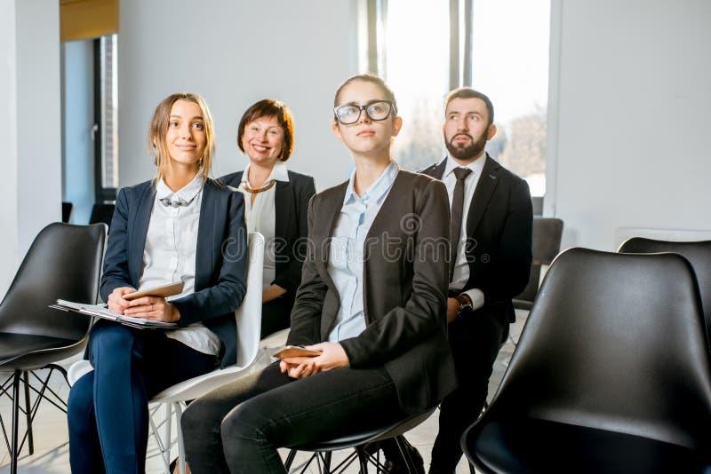 Gens d'affaires pendant la conférence dans l'assistance photographie stock