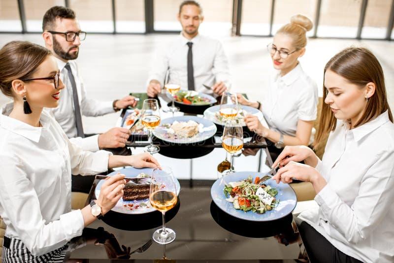 Gens d'affaires pendant un déjeuner au restaurant photographie stock libre de droits