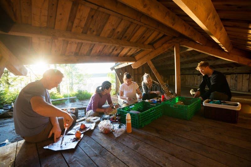 Gens d'affaires préparant le repas dans le hangar à la forêt photographie stock