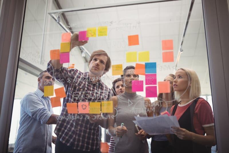 Gens d'affaires prévoyant avec les notes adhésives dans le bureau créatif images stock
