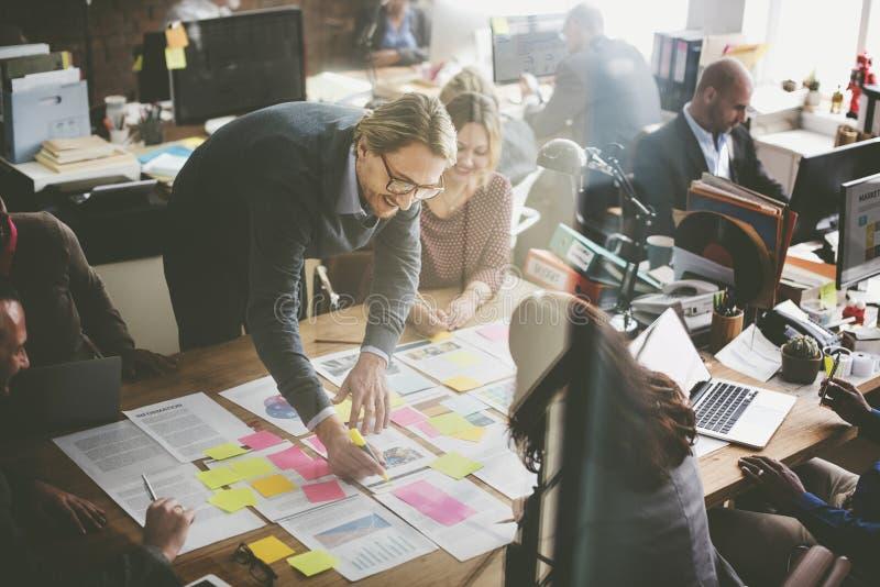 Gens d'affaires prévoyant le concept de bureau d'analyse de stratégie photos libres de droits