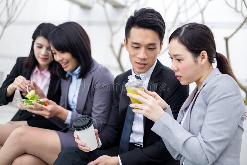 Gens d'affaires prenant le déjeuner à extérieur image stock