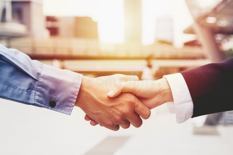 Gens d'affaires réussis de poignée de main fermant une affaire, concept d'association d'équipe d'affaires image libre de droits