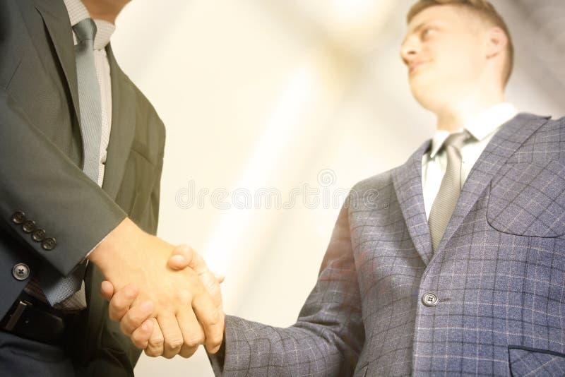 Gens d'affaires réussis se serrant la main lors de la réunion images stock