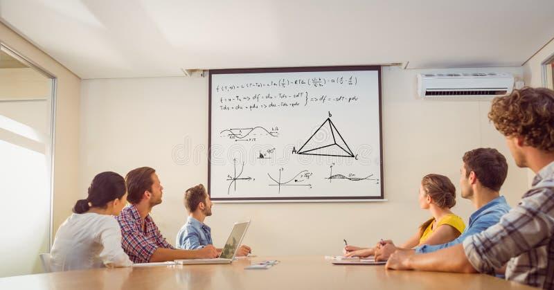 Gens d'affaires regardant l'équation de match sur l'écran photos stock