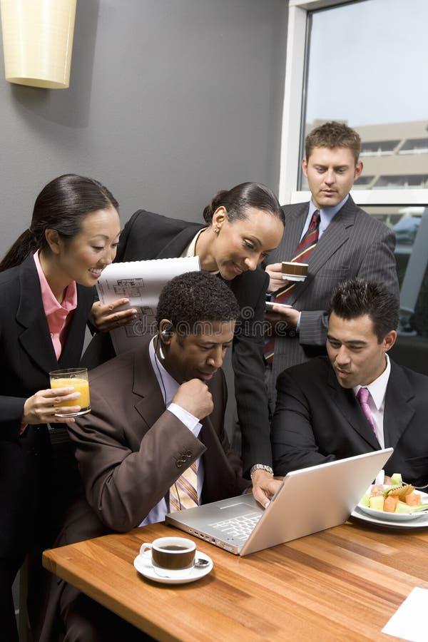 Gens d'affaires regardant l'ordinateur portable image stock