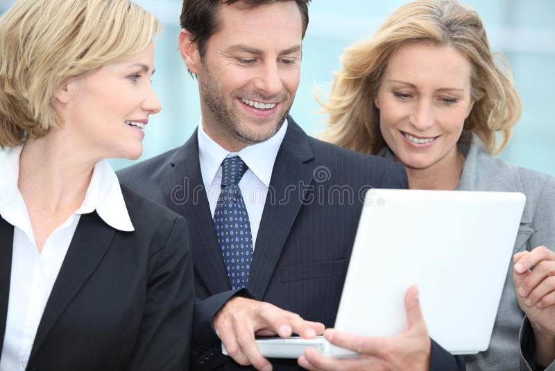 Gens d'affaires regardant l'ordinateur portatif images libres de droits