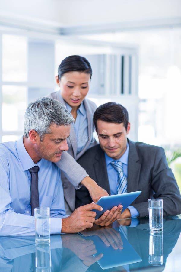 Download Gens D'affaires Regardant La Tablette Photo stock - Image du businessman, personnel: 56481872