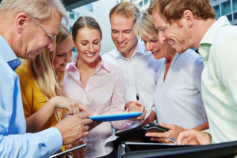 Gens d'affaires regardant la tablette images stock