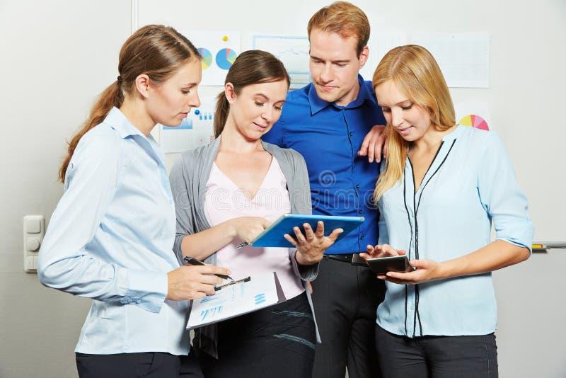Gens d'affaires regardant la tablette dans le bureau photo libre de droits