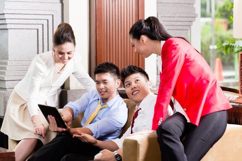 Gens d'affaires regardant le comprimé numérique photo libre de droits