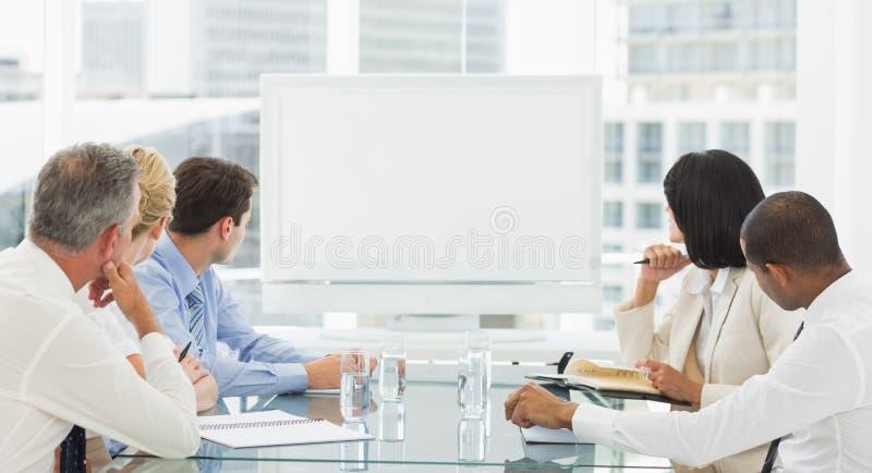 Gens d'affaires regardant le tableau blanc vide photo libre de droits