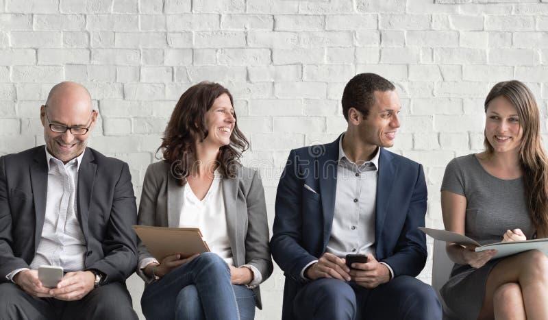 Gens d'affaires rencontrant la connexion d'entreprise de dispositif de Digital concentrée photos libres de droits