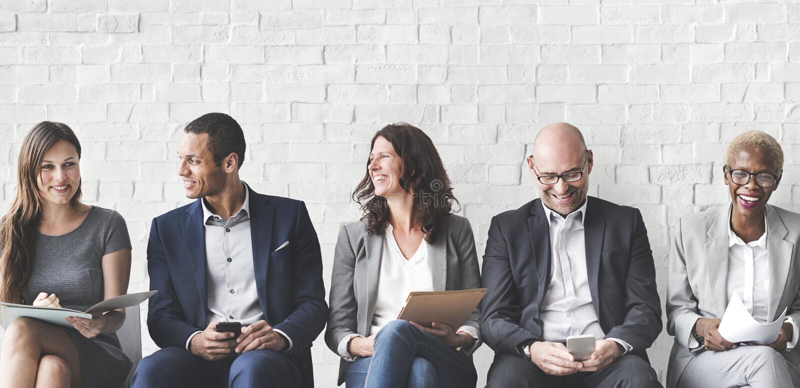 Gens d'affaires rencontrant la connexion d'entreprise de dispositif de Digital concentrée photo stock