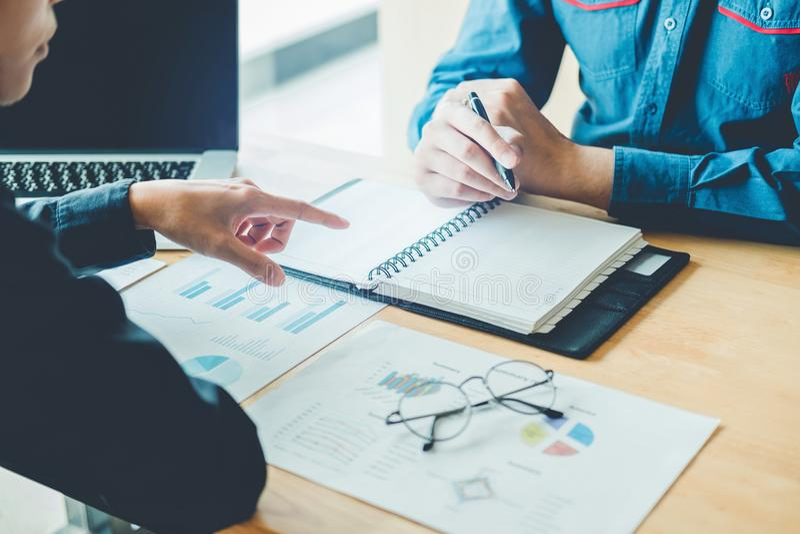 Gens d'affaires rencontrant la planification et le fonctionnement sur le nouveau DES d'affaires photographie stock libre de droits