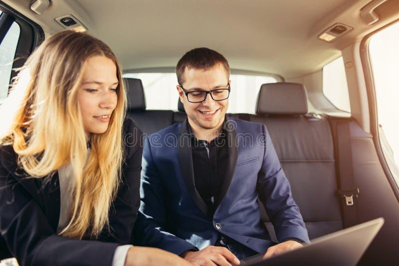 Gens d'affaires rencontrant la voiture fonctionnante à l'intérieur image libre de droits