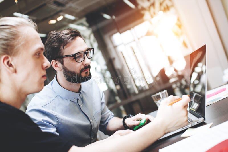 Gens d'affaires rencontrant le concept Équipe de collègues travaillant à un nouveau photo stock