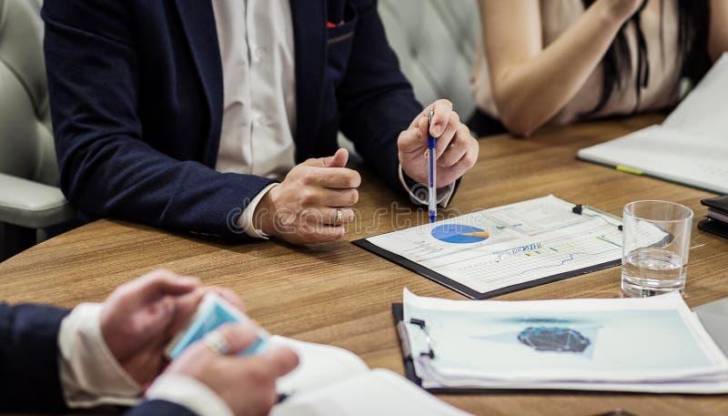 Gens d'affaires rencontrant le concept d'entreprise de discussion de conférence, photo stock
