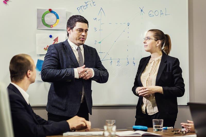 Gens d'affaires rencontrant le concept d'entreprise de discussion de conférence, photographie stock libre de droits
