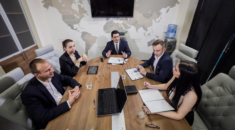 Gens d'affaires rencontrant le concept d'entreprise de discussion de conférence, image stock