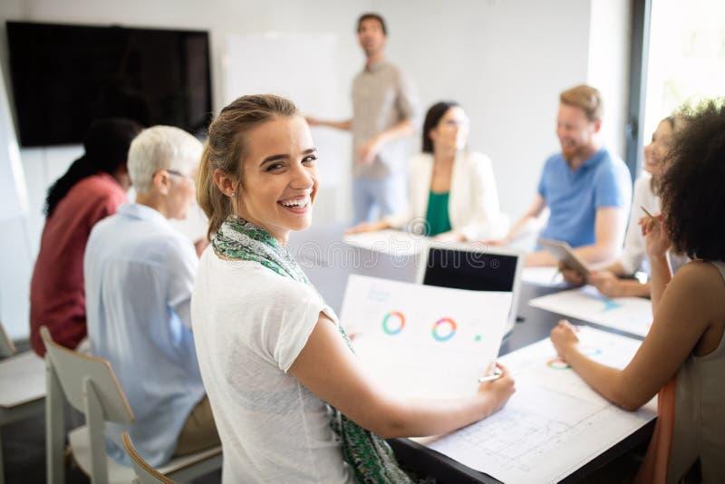 Gens d'affaires rencontrant le concept d'entreprise de discussion de conf?rence image stock