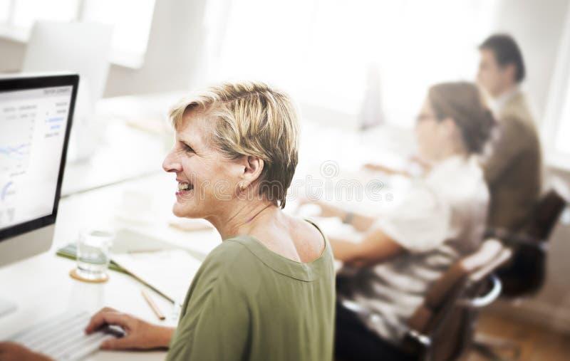Gens d'affaires rencontrant le concept fonctionnant de discussion photo stock