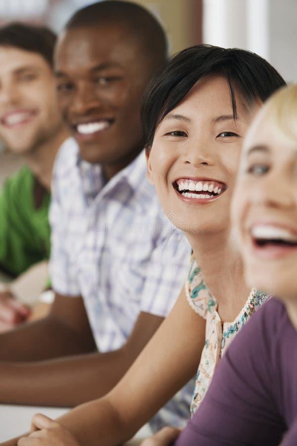 Gens d'affaires riant dans le lieu de réunion photos libres de droits