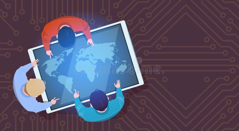 Gens d'affaires s'asseyant à la Tablette de Digital avec le dessus de carte du monde au-dessus de la vue illustration libre de droits