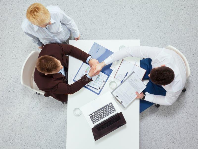 Gens d'affaires s'asseyant et discutant aux affaires photos stock