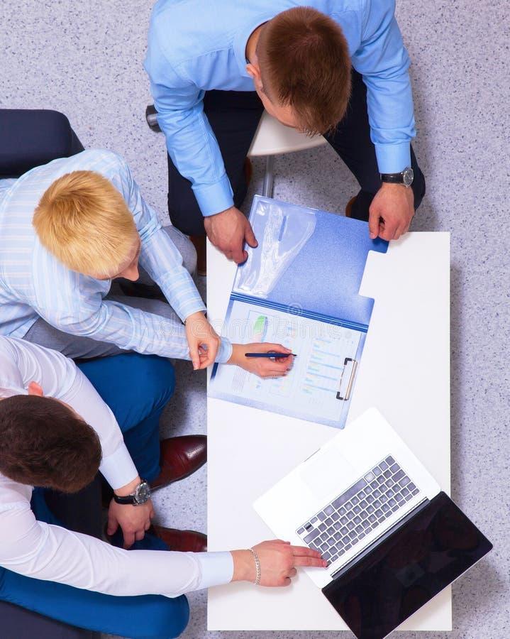 Gens d'affaires s'asseyant et discutant lors de la réunion d'affaires, dans le bureau photos stock