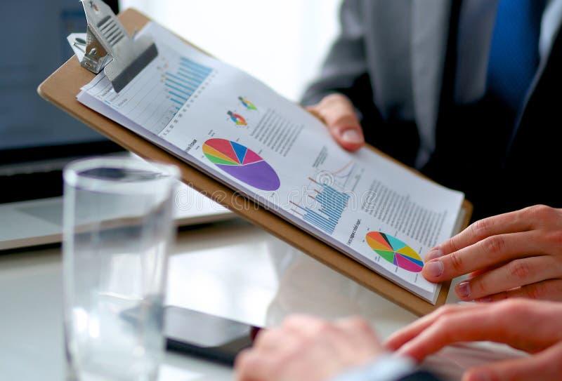 Download Gens D'affaires S'asseyant Et Discutant Lors De La Réunion D'affaires, Dans Le Bureau Image stock - Image du above, confiant: 87701199