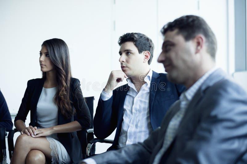 Gens d'affaires s'asseyant lors d'une réunion d'affaires image stock