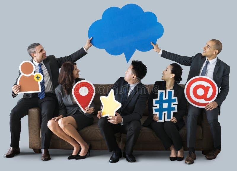 Gens d'affaires s'asseyant sur le divan ensemble photos libres de droits
