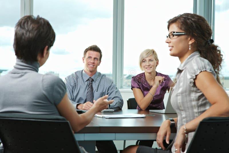 Gens d'affaires se réunissant au bureau images libres de droits