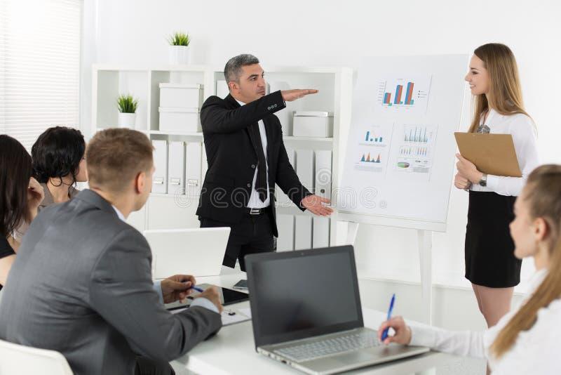 Gens d'affaires se réunissant dans le bureau image stock