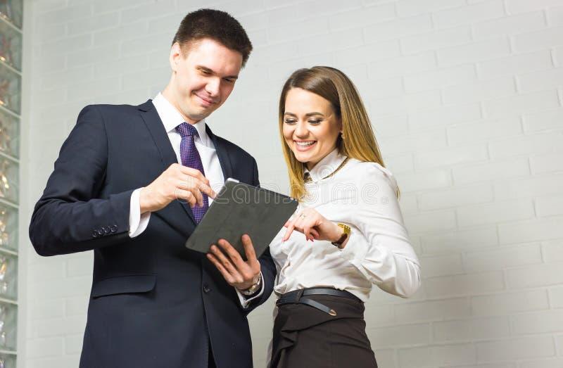 Gens d'affaires se réunissant dans le bureau pour discuter le projet image stock