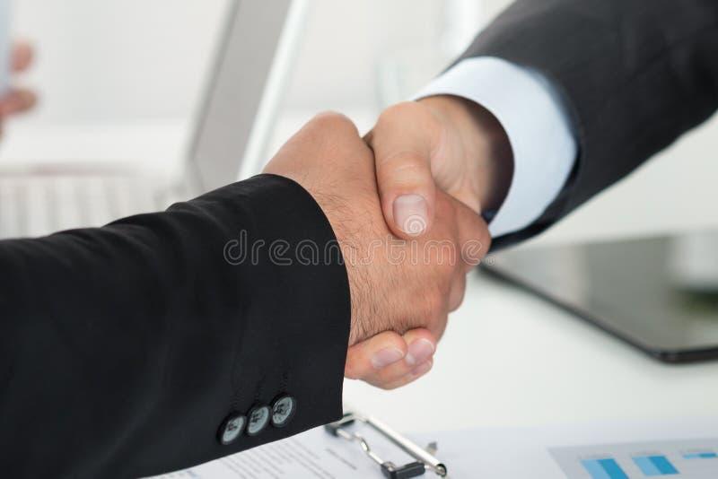 Gens d'affaires se serrant la main image stock