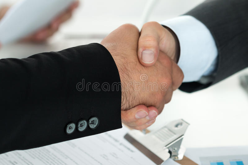 Gens d'affaires se serrant la main photo stock