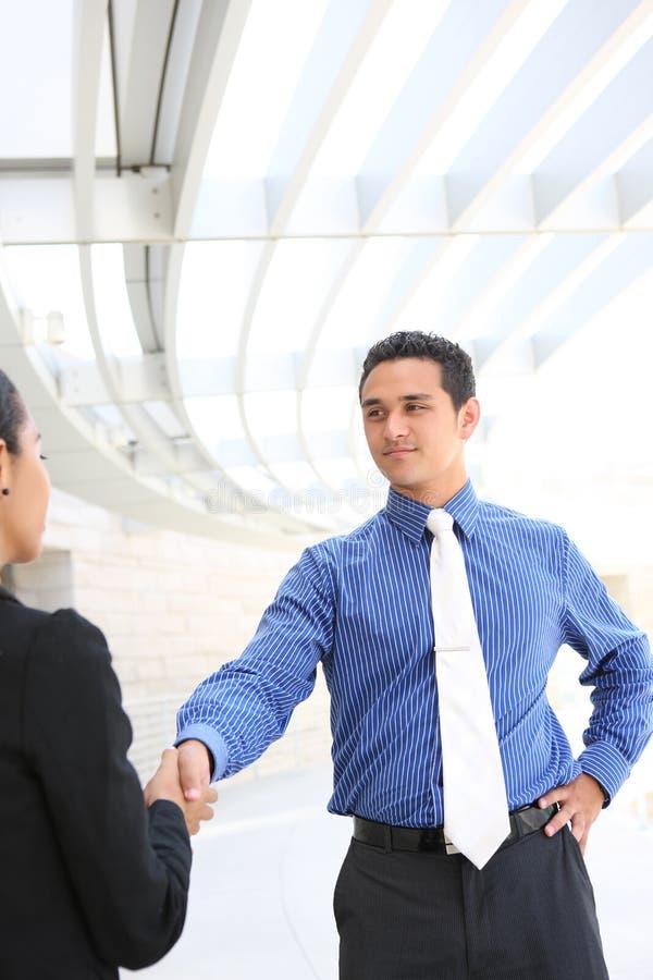 Gens d'affaires se serrant la main au bureau photo stock