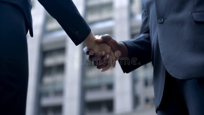 Gens d'affaires se serrant la main, convenus au sujet du contrat, négociation réussie image stock