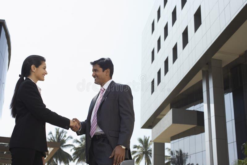 Gens d'affaires se serrant la main dehors photo libre de droits