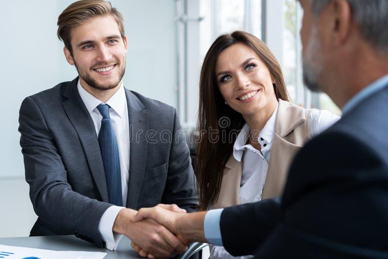 Gens d'affaires se serrant la main, finissant une réunion Poignée de main Concept d'affaires photos stock