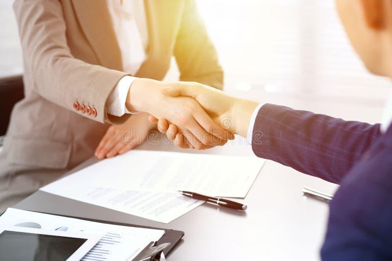 Gens d'affaires se serrant la main, finissant une réunion Signature de papiers, accord et concept de consultation d'avocat images stock