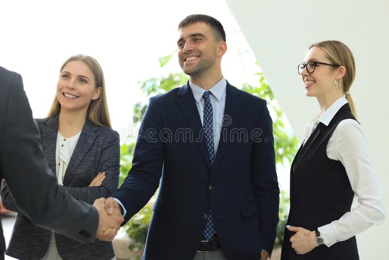 Gens d'affaires se serrant la main, finissant une r?union image libre de droits