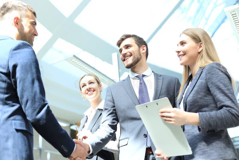 Gens d'affaires se serrant la main, finissant une r?union photographie stock