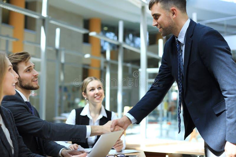 Gens d'affaires se serrant la main, finissant une r?union photo libre de droits