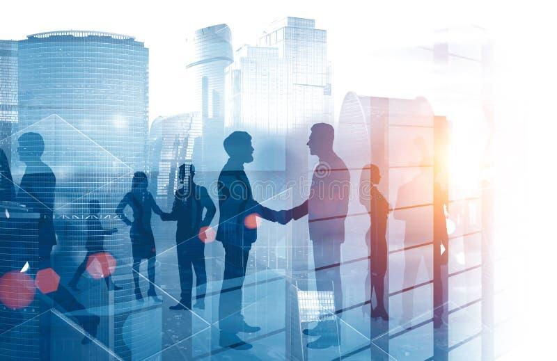 Gens d'affaires se serrant la main, gratte-ciel photo libre de droits
