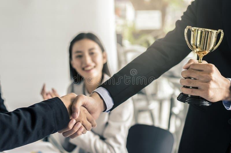 Gens d'affaires se serrant la main, affaires réussies de finition image stock