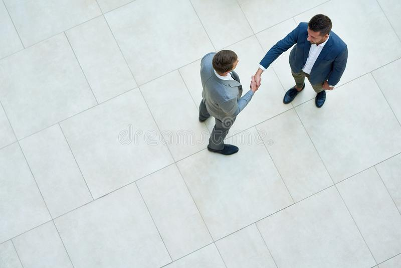 Gens d'affaires se serrant la main, vue supérieure photographie stock libre de droits